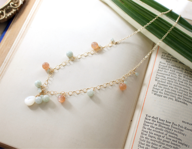 再販】ビルマ翡翠とオレンジムーンストーン・白蝶貝のネックレス 〜Romane