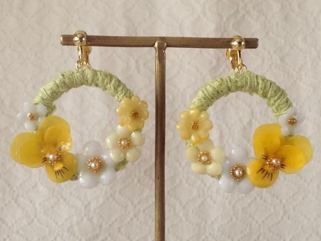 染め花を樹脂加工したビオラと小花のリースイヤリング(M・グリーン・イエロー)