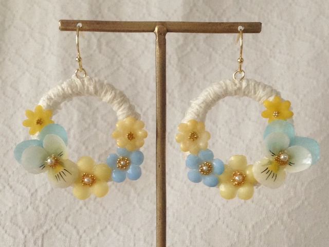 染め花を樹脂加工したビオラと小花のリースピアス(M・オフホワイト・水色&オフホワ)