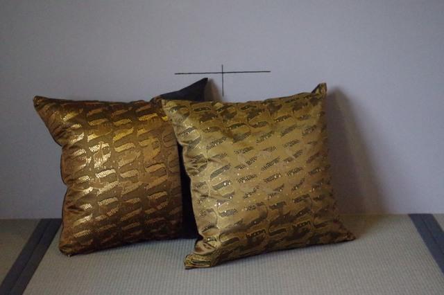 特別御仕立て 西陣織 金襴でクッションカバー 片面が弊社の西陣織 金襴地と合成皮革を使用して片面が合皮。(受注生産となっております)