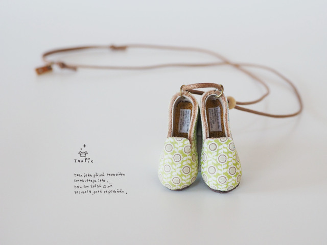 花柄靴のネックレス