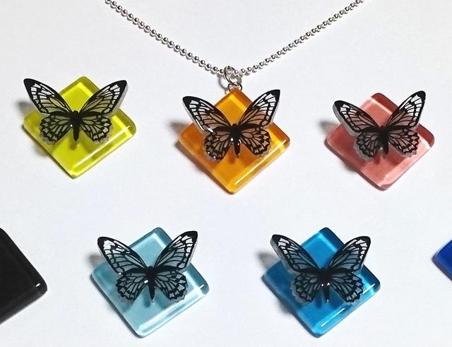 【選べる9色】蝶×ガラスタイル ペンダントトップ(ゴールド・シルバー金具の選択可)