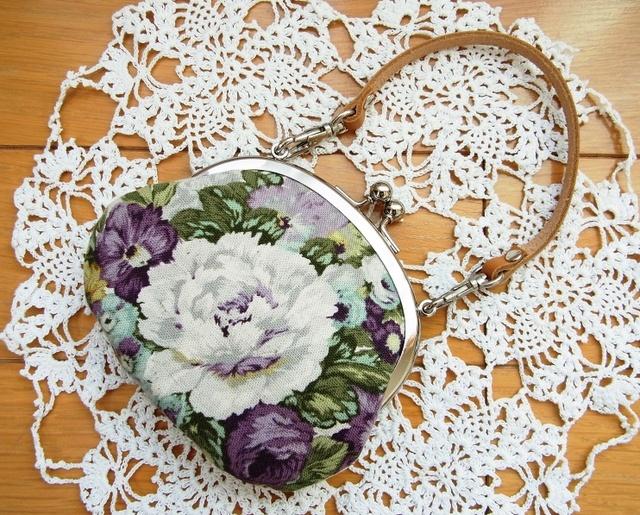薔薇ブーケのがま口ペタンコポーチ(持ち手付き)*紫
