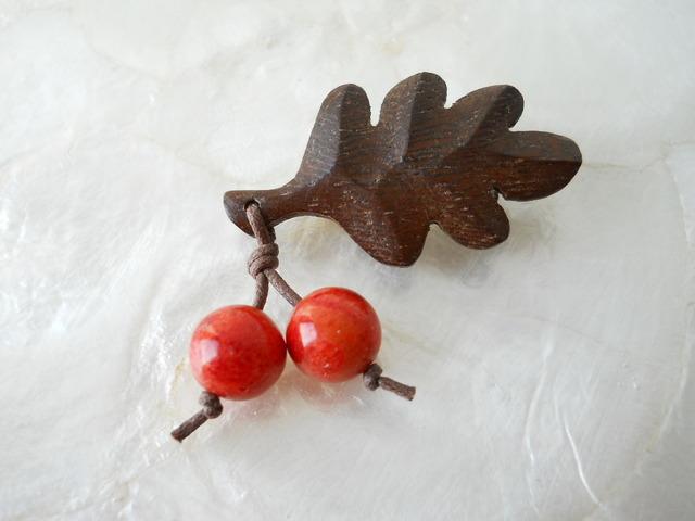 【ぶらん】木製葉っぱとアップル珊瑚の木の実のブローチS