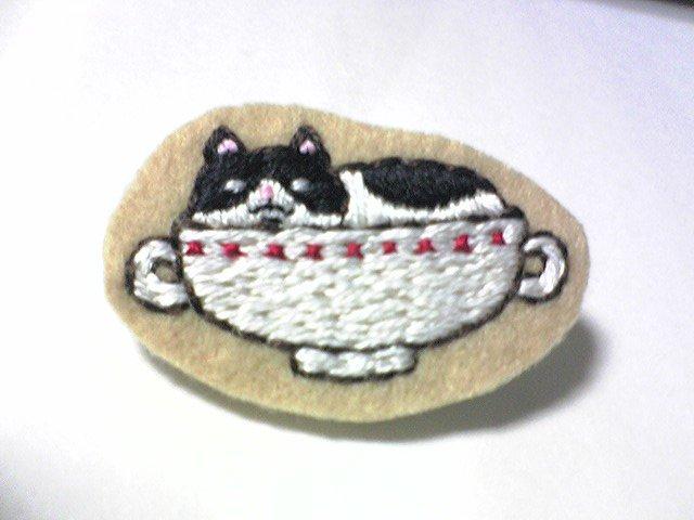 カップに入ったハチワレ猫さん 刺繍ブローチ