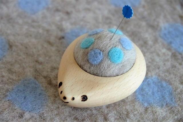 羊毛ピンクッション【針山】 はりねずみ 水玉 パステルブルー