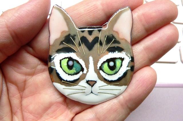 七宝焼・りりしい猫のブローチ