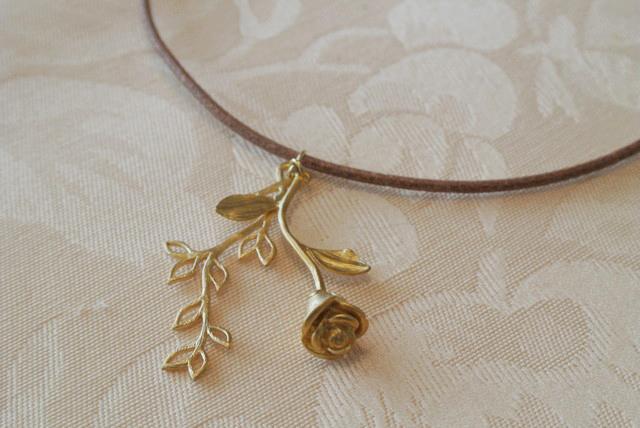 バラと葉っぱの皮ひもネックレス(マットゴールド)