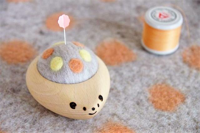 羊毛ピンクッション【針山】 はりねずみ 水玉 パステルオレンジ