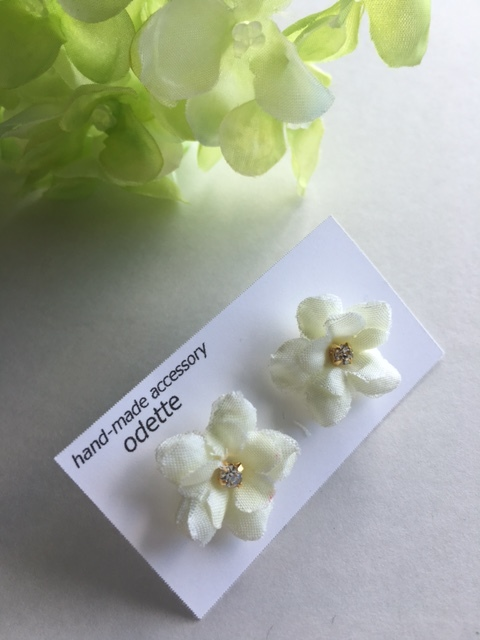 真っ白い小花の可愛いピアス