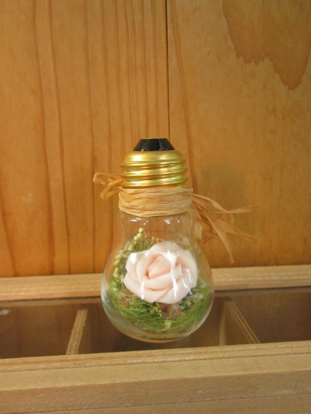 電球アレンジ 造花