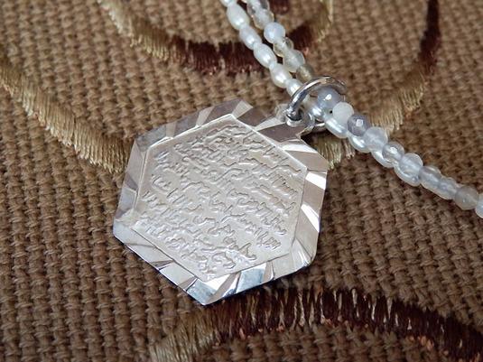 【送料無料】Hasunaアラビア語▲ネックレス▲透明な石と白いパールの美しいコラボ♪