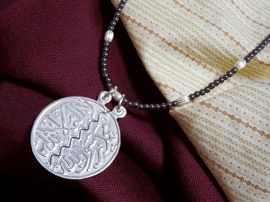 【送料無料】Hasunaアラビア語▲ネックレス▲光沢のあるシックなブラックロング♪