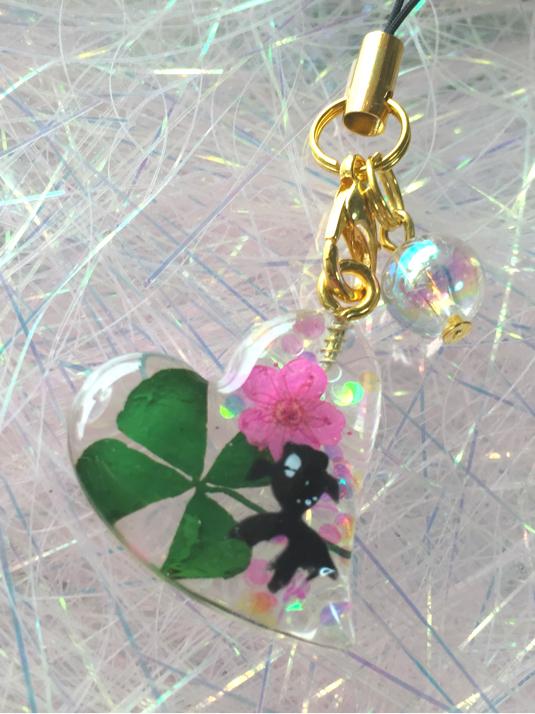 四つ葉のクローバーとお花と黒金魚
