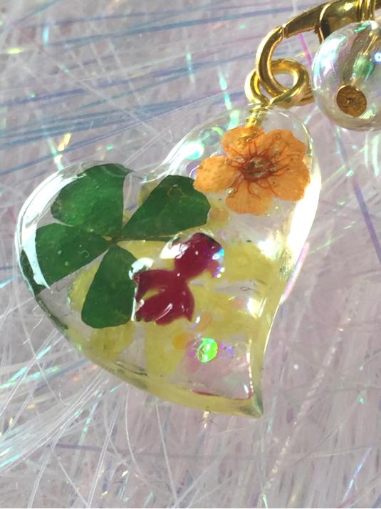 四つ葉のクローバーとお花と赤金魚