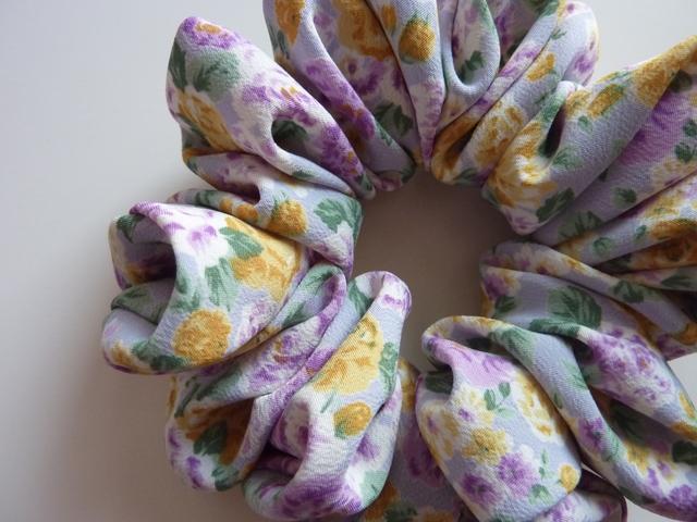 再販 黄色と紫の花柄シュシュ