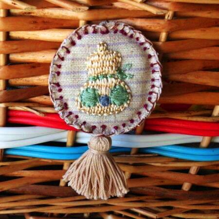 刺繍のひょうたんブローチ