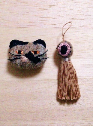 cat brooches〜羊毛&刺繍のネコブローチ フリンジ付き