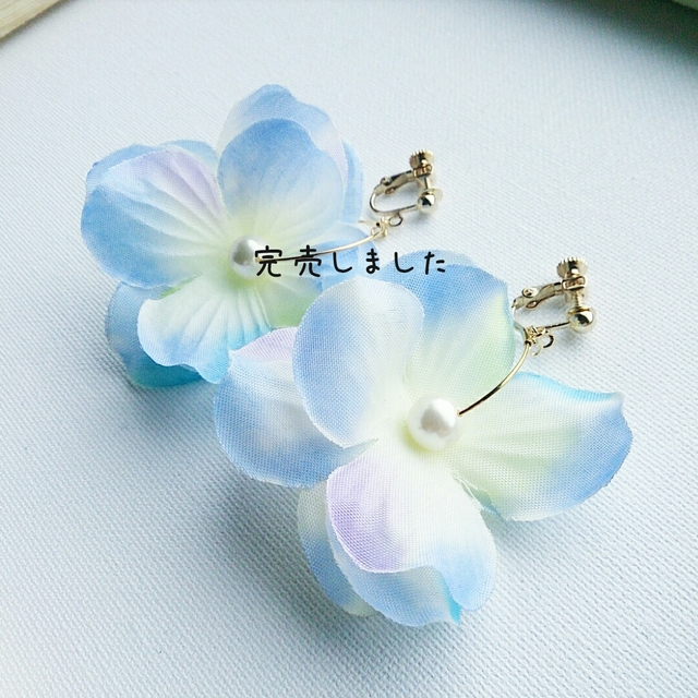 再2販☆ひんやりカラー☆フラワーフープイヤリング アイスホワイト