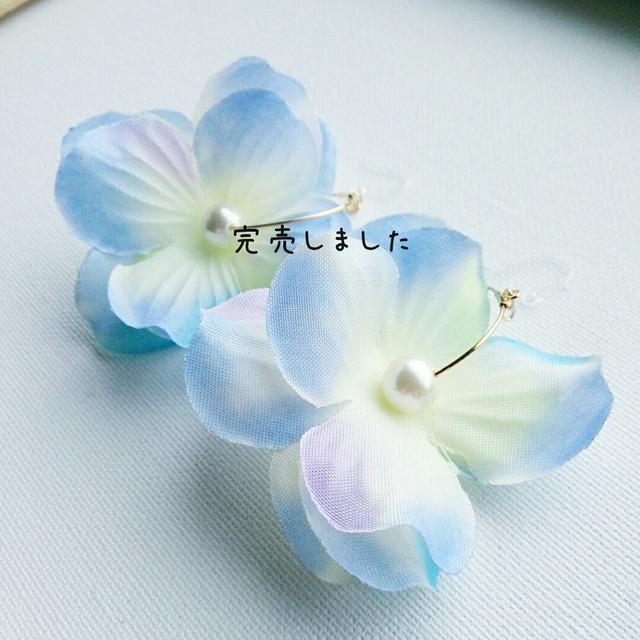 ひんやりカラー☆フラワーフープ樹脂ピアス アイスホワイト