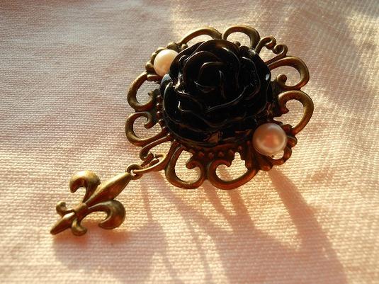 黒い薔薇のが咲く小さなブローチ