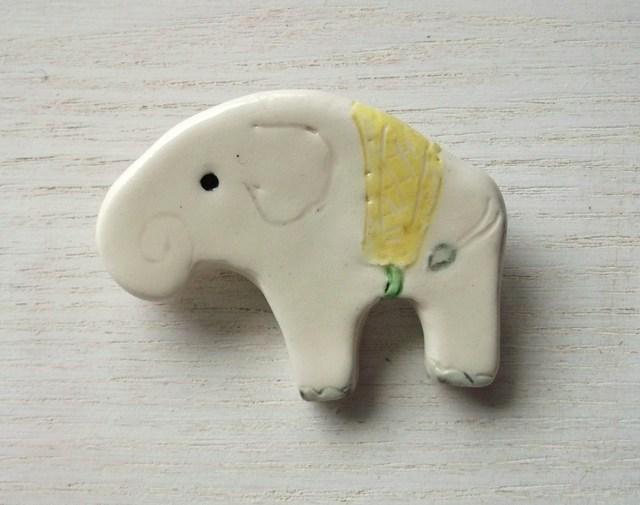 陶ブローチ-白象のやまぶき