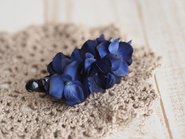 ディープブルーなお花のバナナクリップ