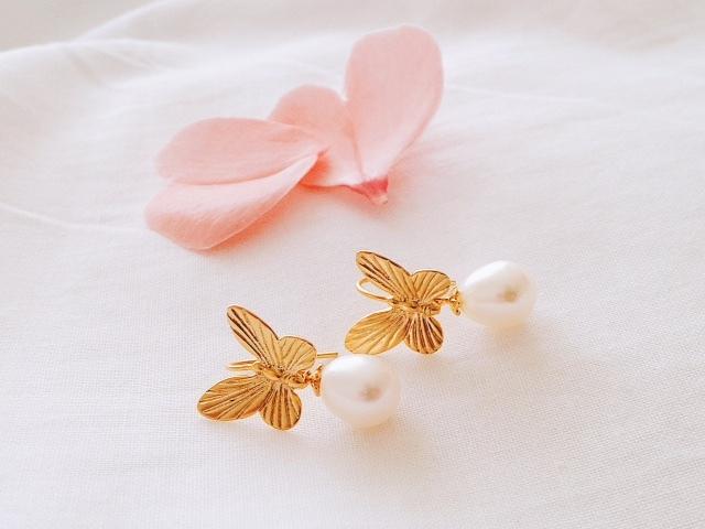 揺れる淡水パール 蝶々のピアス(マットゴールド)