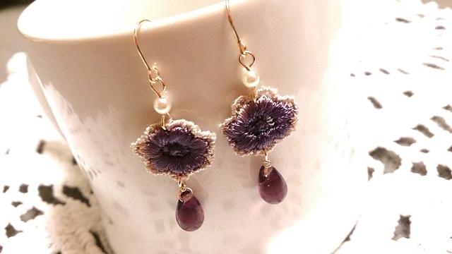 【送料込】紫色お花モチーフと雫ビーズのピアス