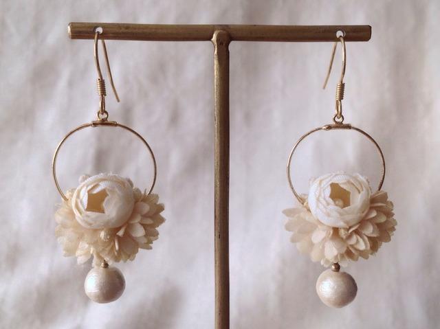 染め花とコットンパールのフープピアス(オフホワイト)