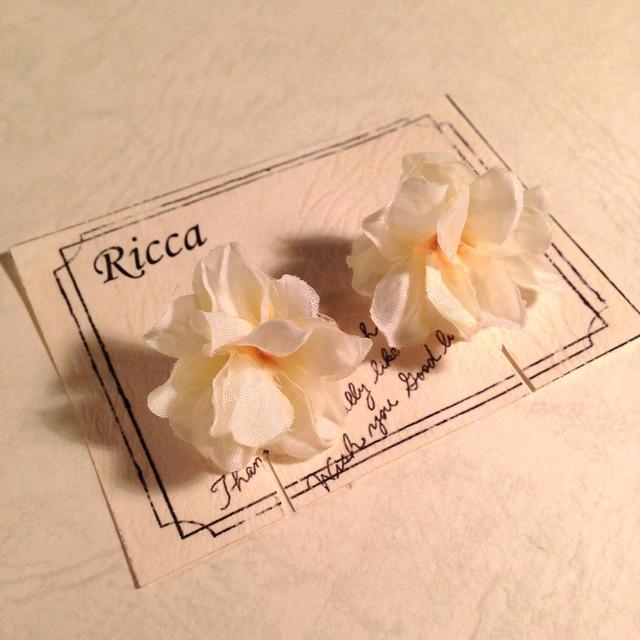 花びらイヤリング(ホワイト)