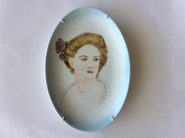 薔薇の髪飾りの婦人の陶板