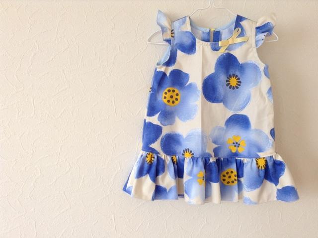 フリルのワンピース 青いお花 90