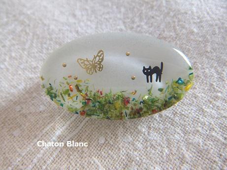 猫と蝶の楕円ブローチ