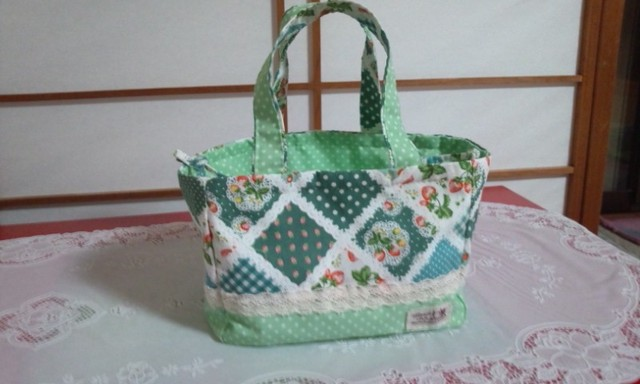春色グリーンとイチゴのランチバッグ