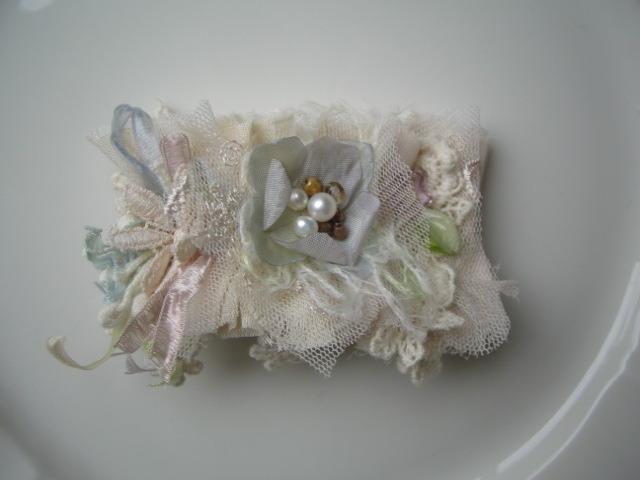 アリスブルーのお花と虹色のリボン