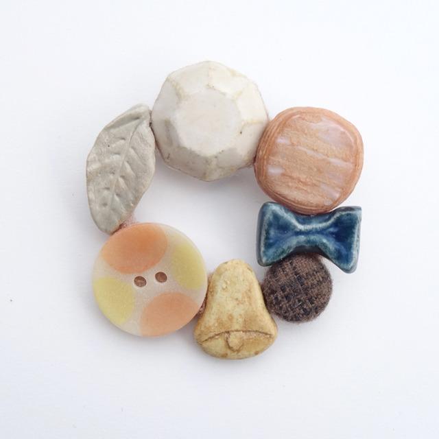 数珠つなぎブローチ
