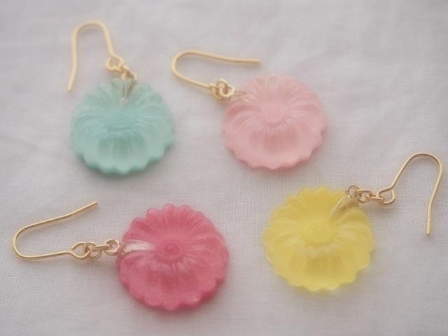 耳に水菓子ピアス(ひな菊:濃ピンク)