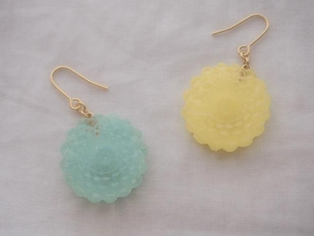 耳に水菓子ピアス(菊:黄色)