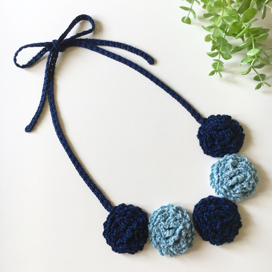 【オーダー品】ふわもこお花の手編みネックレス(ネイビー&水色)