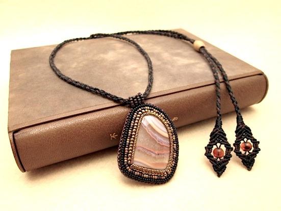 ビーズ刺繍の天然石ペンダント 036