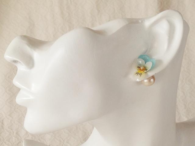 染め花を樹脂加工したビオラピアス・コットンパールキャッチ( SS・水色&オフホワイト)