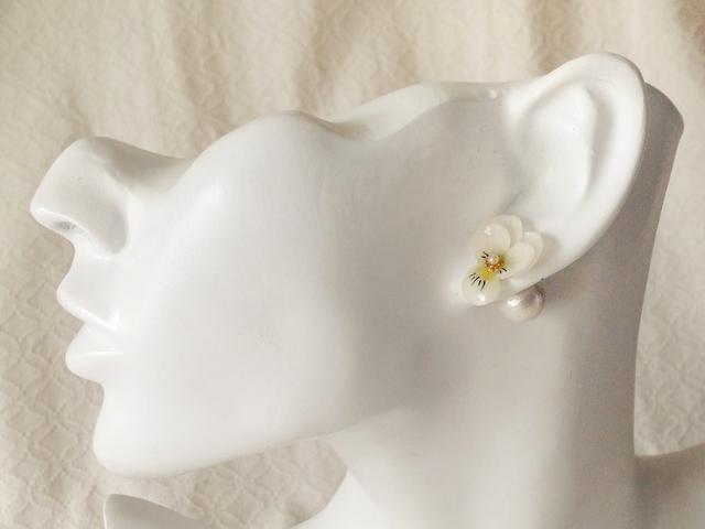 染め花を樹脂加工したビオラピアス・コットンパールキャッチ( SS・ホワイト&グリーン)