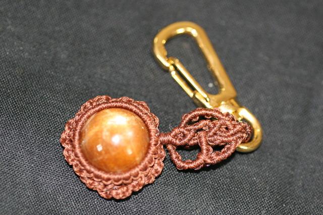 天然石スターフェルドスパーのマクラメ編みキーホルダー