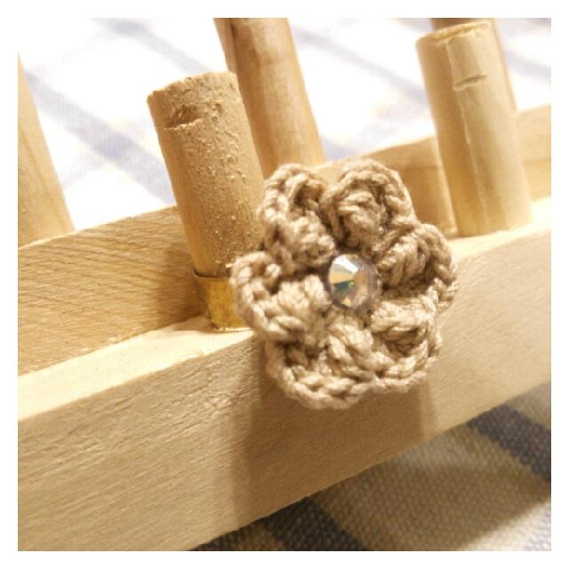 【ハピ☆デコロン】手編み花の指輪(ベージュ)