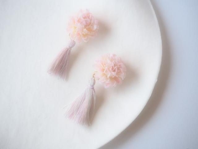 お花×タッセルのイヤリング ベビーピンク