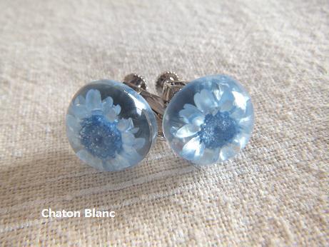 ブルーのお花のイヤリング