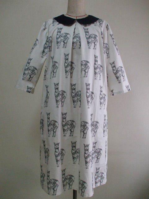 アルパカ柄プリント 丸衿7分丈袖ワンピース 着丈105cm M~LLサイズ オフホワイト