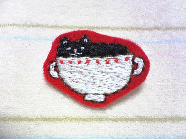 カップに入った黒猫さん 刺繍ブローチ