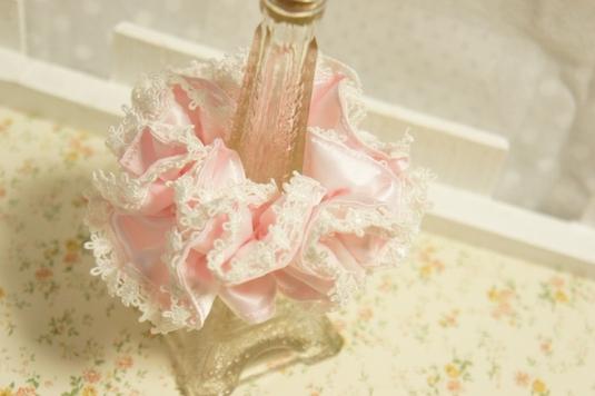 光沢のあるサテン生地で作ったピンクのプチプラシュシュ